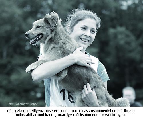 Mensch-trägt-Hund-auf-dem-Arm